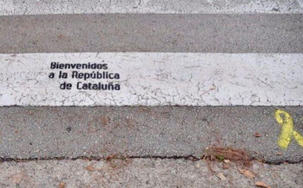Pintadas de los CDR en los pasos de cebra que dan acceso al estadio del Girona