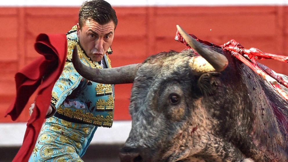 Octavio Chacón durante una de sus faenas (Foto: EFE).