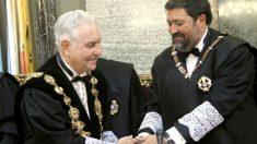 El ex presidente del CGPJ  Carlos Dívar (fallecido el pasado mes de noviembre) y el entonces ministro de Justicia, Francisco Caamaño, en 2011 (Foto: EFE).