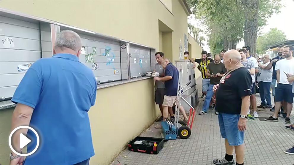 Hinchas del Reus echan silicona a las taquillas para que los del Zaragoza no pudieran comprar entradas. (Vídeo: Canal Reus Esports)