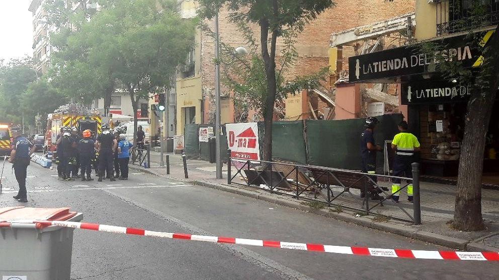 Bomberos de Madrid desalojan el nº 149 de la calle Alcalá por grietas.