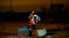 Una mujer venezolana con su hijo en brazos tras cruzar la frontera de Venezuela con Perú.  Foto: AFP