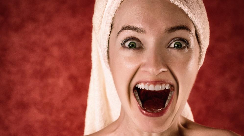Cómo limpiar bien la lengua con un raspador lingual