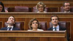 Pablo Casado, presidente del PP, junto a Dolors Montserrat y Teodoro García Egea, en el Congreso. (EP)