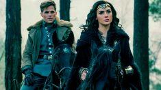 Gal Gadot, caracterizada como la amazona de DC Comics 'Wonder Woman'. junto a Chris Pine, su compañero de reparto.