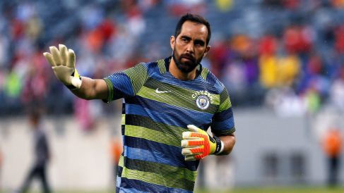 Claudio Bravo calienta con el Manchester City. (Getty)