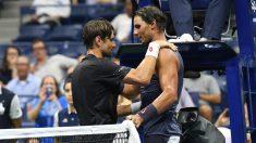 Ferrer y Nadal se saludan en la retirada de David. (AFP)