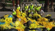Toneladas de plásticos amarillos son retirados en Cataluña por los constitucionalistas