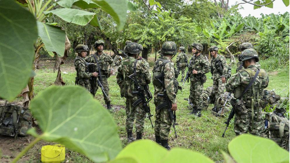 Soldados colombianos patrullan la zona rural de Arauquita, departamento de Arauca, en Colombia. (AFP)