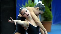 Tina Fuentes y su hermana Andrea durante una actuación en los Europeos de natación sincronizada 2003. (AFP)