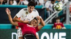 Vallejo, defendiendo a Alexis Sánchez en pretemporada.