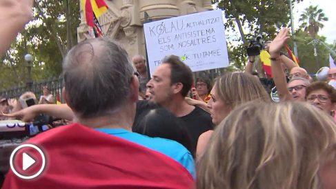 Un cámara de TeleMadrid es agredido en la concentración de esta tarde en Barcelona.