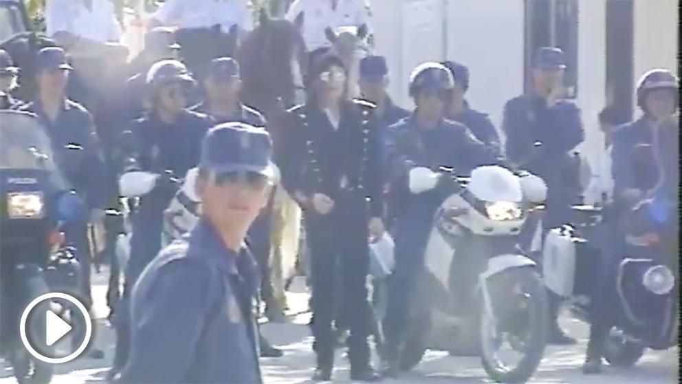 Michael Jackson y varios agentes de la Policía Nacional a pie, a moto y a caballo, en el complejo de Canillas (Madrid).