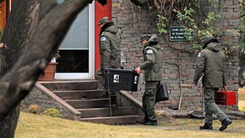 Agentes de la Policía registran una de las propiedades de Cristina Fernández de Kirchner, y de su marido, en busca de pruebas de corrupción. Foto: AFP