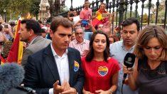 El líder de Ciudadanos, Albert Rivera, acompañado de Inés Arrimadas en la manifestación contra la violencia independentista. Foto: Europa Press