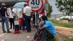 Un grupo de venezolanos hace cola en la frontera con Brasil. Foto: AFP