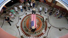 El ataúd con el cuerpo del ex senador norteamericano John McCain en el Parlamento de Phoenix (Arizona). Foto: AFP