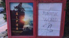 El cartel de la película 'Jurassic World' de J. A. Bayona pintado a mano en un cine de Murcia.