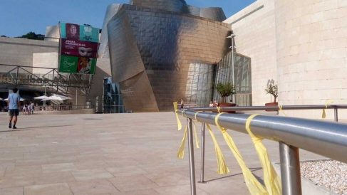 Lazos amarillos frente al Guggenheim de Bilbao.