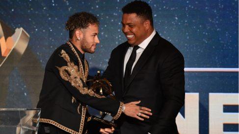 Ronaldo entrega un premio a Neymar. (AFP)
