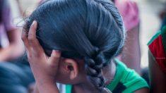 Niña india abandonada por sus padres adoptivos