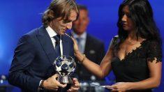 Reshmin Chowdhury entrega un premio a Luka Modric.