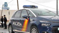 Un coche de la Policía Nacional, saliendo de una de sus instalaciones. (EP)