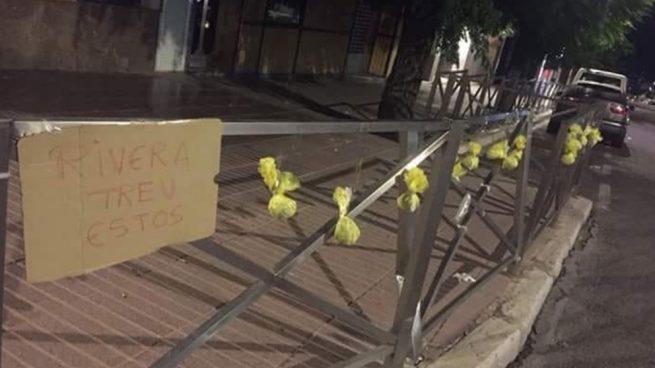 """Los separatistas rellenan ahora con cacas de perro los lazos amarillos: """"Rivera, quita éstos"""""""