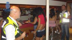 Agentes de Policía Nacional durante una redada en un local de alterne con prostitutas. (EP)