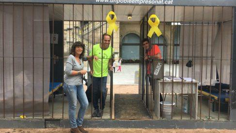 La consellera de Agricultura, Teresa Jordà, en el momento de meterse en la jaula en Ripoll