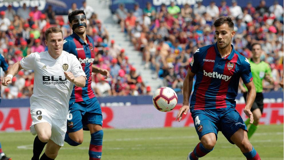 Gameiro pelea un balón con Rober Pier en el Levante – Valencia. (EFE)