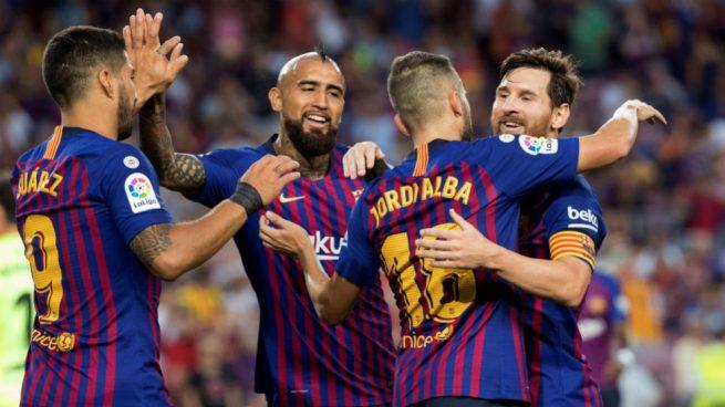 El Barcelona, líder con tres empujones del VAR