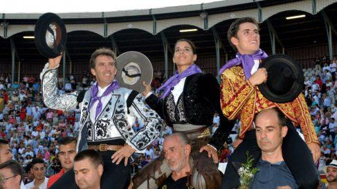 Los Hermoso de Mendoza, padre e hijo, y Lea Vicens salen a hombros este domingo en Palencia (Foto: EFE).