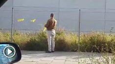 Increpan a un hombre por quitar lazos amarillos en la vía pública.