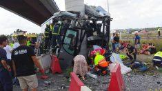 Un autobús de Alsa se estrella contra un pilar a la salida de Avilés.