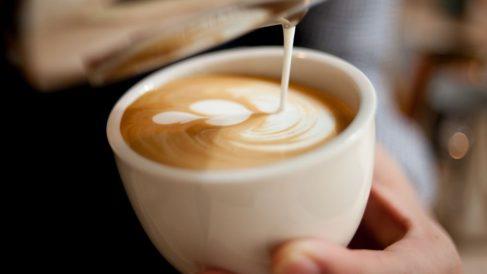 Tomar café puede ayudar a no desarrollar alzheimer.