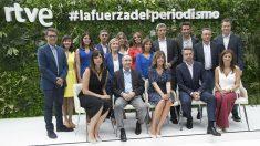 El nuevo equipo titular de Informativos de TVE, con Begoña Alegría abajo a la derecha. (EP)