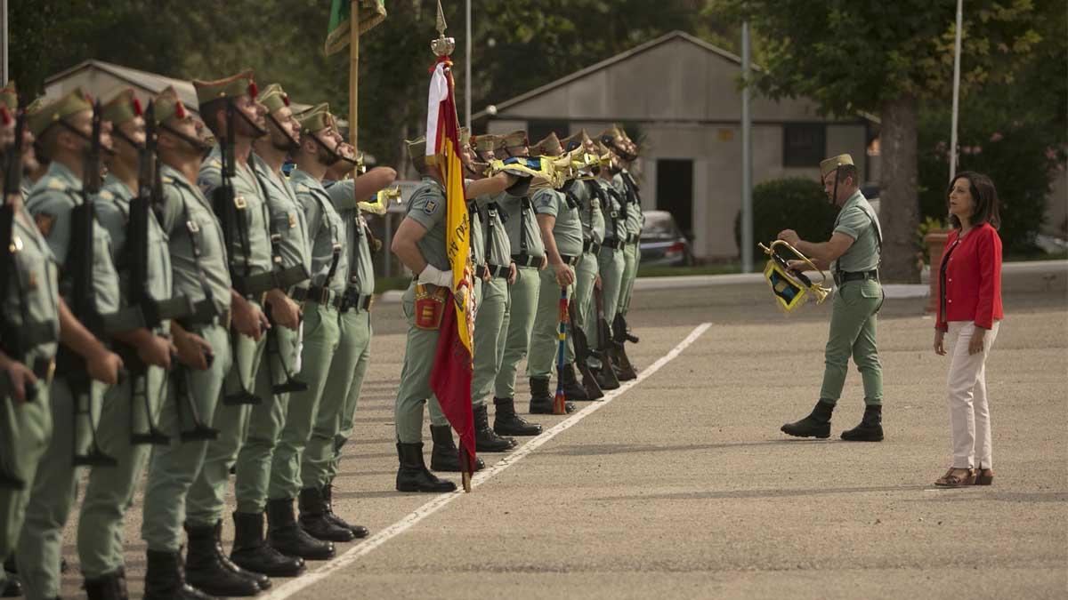 Margarita Robles pasando revista a unidades de la Legión. Foto: Europa Press