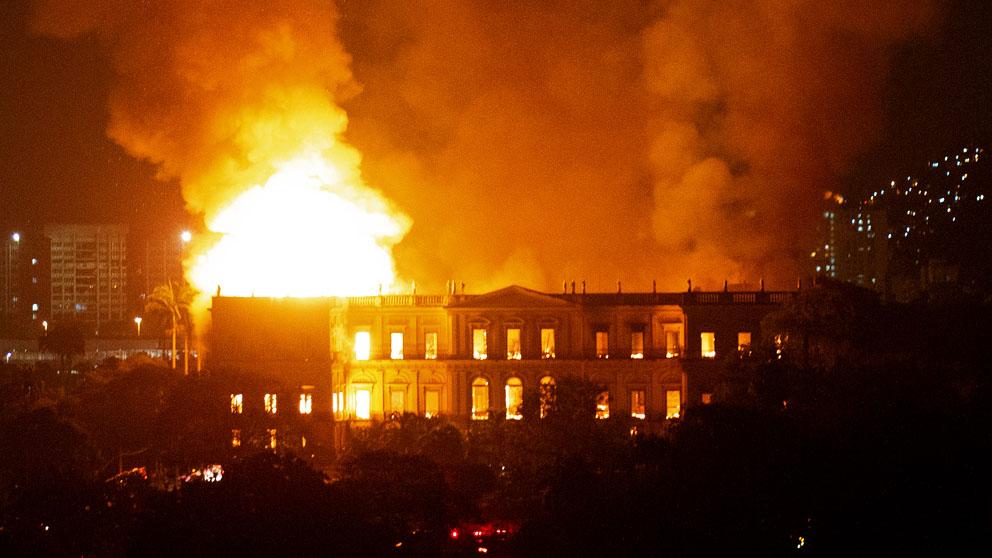 El Museo Nacional de Brasil, devorado por un incendio. (Foto: AFP)