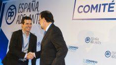 Pablo Casado, presidente del PP, y Mariano Rajoy, su antecesor y expresidente del Gobierno. (EP)
