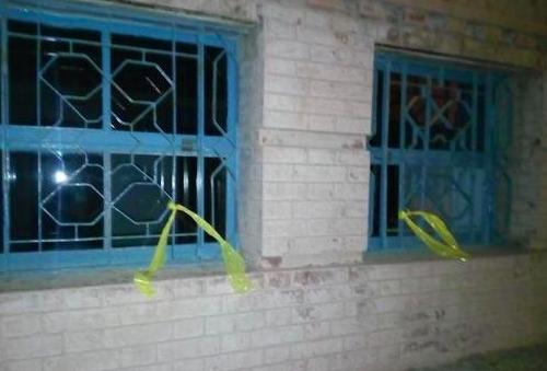 Colocan lazos amarillos en el Cádiz de Kichi y los vecinos los retiran de inmediato