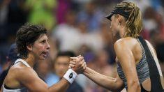 Carla Suárez saluda a Sharapova tras derrotarla. (AFP)