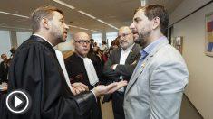 Los abogados Christophe Marchand y Gonzalo Boye con los exconsejeros Lluís Puig y Toni Comín. (Foto: AFP)