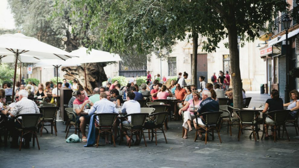 Turistas en una terraza en Mallorca (Foto: iStock)