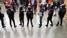 Agentes de Policía, durante la intervención para evitar el referéndum ilegal del 1-O en Cataluña. (EP)
