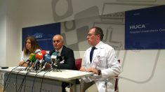 Luis Hevia, gerente del Área Sanitaria, entre Dolores Escudero, directora de la UCI, y José Antonio Vecino, director de Atención Sanitaria, en el Hospital Central de Asturias, en la rueda de prensa por el accidente de autobús en Avilés. (EP)