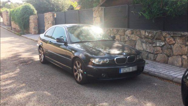 El diputado de Podemos que dice no tener coche acude en un BMW al casoplón de Iglesias y Montero