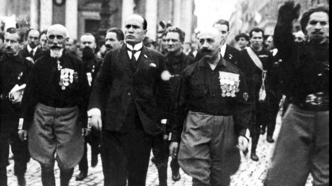 El líder fascista Benito Mussolini encabezando la marcha sobre Roma que le llevó al poder