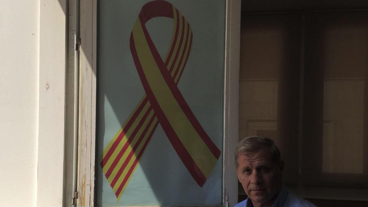 El PP coloca un lazo con las banderas española y catalana en el Ayuntamiento de Barcelona (RRSS).