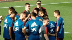 Luis Enrique da una charla a los futbolistas de la selección española. (EFE)
